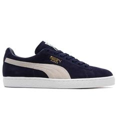 Featuring old-school PUMA styling with modern enhancements, the PUMA Classic Suede can be dressed up or down for daily wear. Soft suede upper and a padded collar for plenty of comfort. The textile lin