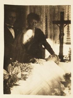 Looking for real ghosts videos and photos? Here is a collection of popular ghost pictures and ghost videos. You can also share your own photos, videos and comments. Join the Unexplained Mysteries :: Real Ghosts forum! Images Terrifiantes, Ghost Images, Ghost Pictures, Ghost Pics, Family Pictures, Photo Vintage, Vintage Photos, Fotografia Post Mortem, Photo Halloween