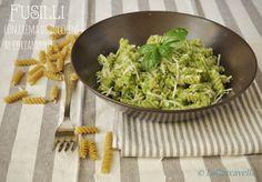 In cucina con Girolomoni: fusilli con crema di zucchine al coriandolo. www.lacaccavella.com