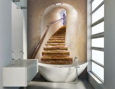 papier peint salle de bain avec pour motifs un escalier en bois brut