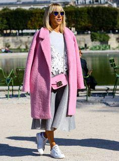 Vida de color de rosa Vuelven los abrigos de color de rosa y el gris se posiciona como su mejor compañero en este street style.