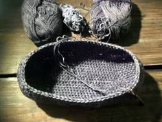 omⒶ KOPPA: virkatut kassit - ohje Yarn Crafts, Knit Crochet, Slippers, Knitting, Hats, Baskets, Fashion, Tejidos, Accessories