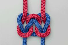 The Square Knot (Reef Knot) is usually learned when we tie our shoelaces. Admittedly it is usually a bow that we tie - but the underlying knot is a Square Knot. Survival Knots, Survival Tips, Survival Skills, Wilderness Survival, Outdoor Survival, Rope Knots, Macrame Knots, Scout Knots, Couture Cuir