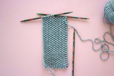 Kostenlose Strickanleitung: Stirnband mit Twist Free knitting instructions: headband with twist Knitting Blogs, Knitting For Beginners, Free Knitting, Baby Knitting, Knitting Patterns, Knitting Projects, Knit Headband Pattern, Knitted Headband, Knit Stitches