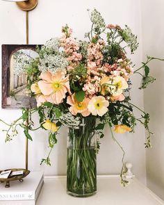 Busy floral arrangement in calm, urban environment. Tall Flowers, Fresh Flowers, Pretty Flowers, Tall Floral Arrangements, Bouquet Champetre, Most Beautiful Flowers, Flower Market, Flower Pots, Planting Flowers