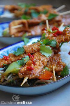 Brochettes de tofu sauce cacahuètes, légumes sautés