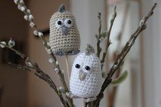 Påskekyllinger på blomsterpind Easter Crochet Patterns, Easter Baskets, Diy And Crafts, Owl, Bunny, Bird, Christmas Ornaments, Holiday Decor, Animals