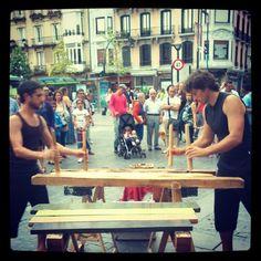 Ugarte Anaiak tocando la txalaparta durante en la Alameda del Boulevard en Donostia - San Sebastián durante las fiestas de la Semana Grande donostiarra