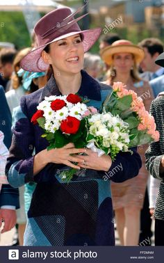 epa000426813 Crown Princess Mary of Denmark holds bunches of flowers during the inauguration of the technology entertainment park 'Danfoss Universe' in Nordborg on the Danish Island of Alsen on Thursday, 05 May 2005.  EPA/WOLFGANG LANGENSTRASSEN Stock Photo