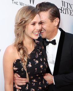 Elizabeth Olsen All smiles with Jeremy Renner at the premiere of their new movie Wind River at the Ace Hotel in Los Angeles on July 26, 2017. - スノー・ノワールの共演作「ウインド・リバー」のLAプレミアの愉快なエリザベス・オルセンとジェレミー・レナー - 映画 エンタメ セレブ & テレビ の 情報 ニュース from CIA Movie News / CIA こちら映画中央情報局です