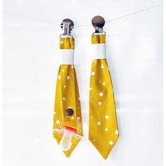 attache tétine cravate MOUTARDE étoilee