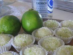 brigadeiro-de-caipirinha - 1 lata ou caixinha de leite condensado - 1 colher de sopa cheia de manteiga com sal - 50 ml de cachaça - Açúcar cristal - Raspas de limão - 1 colher de sopa de suco de limão (da fruta mesmo) - Forminhas de brigadeiro