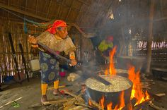 Kuna Indian women wearing native costumes with Mola embroderies cooking in a kitchen in a hut in their village on Corbisky Island, San Blas Islands (Kuna Yala), Caribbean Sea, Panama Caribbean Culture, Caribbean Sea, Kuna Yala, World Images, African Culture, Central America, Beautiful Beaches, Photography Poses, Nativity