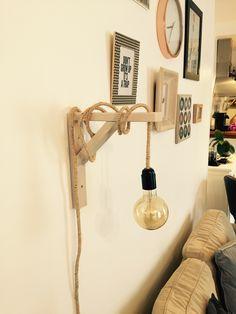 Lampe DIY - Ampoule vintage verre fumé - Equerre en bois - Fil électrique recouvert de ficelle.