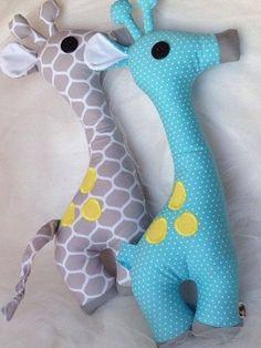 no pattern giraffe Animal Sewing Patterns, Stuffed Animal Patterns, Cute Pillows, Baby Pillows, Baby Sewing Projects, Sewing For Kids, Sewing Ideas, Giraffe Toy, Giraffe Pattern