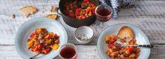 Der französische Gemüseeintopf Ratatouille ist ein wahrer Klassiker aus Sommergemüse und passt hervorragend zu Fisch, Fleisch, Reis und Brot. Zum REWE Rezept. »