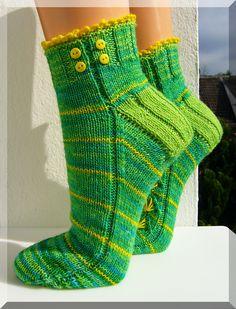 Löwenzahn by Micha Klein ~ FREE pattern Knitting Designs, Knitting Patterns Free, Free Knitting, Knitting Socks, Free Pattern, Crochet Socks, Knit Or Crochet, Crochet Clothes, Knit Socks