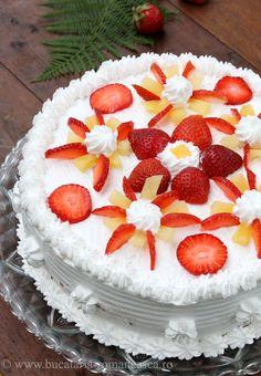 Tort cu ananas si capsuni Appetizer Recipes, Dessert Recipes, Appetizers, Russian Desserts, Romanian Food, Romanian Recipes, Diet Recipes, Cake Decorating, Deserts