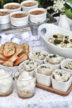 Weißes Bohnen-Hummus mit Brotchips für ein White Dinner - ein wunderbarer Abend ganz in Weiß mit Mein wunderbares Chaos