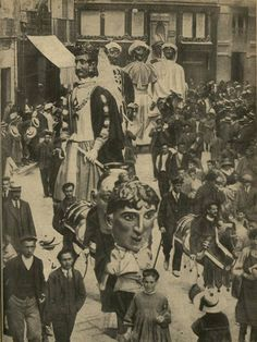 Los gigantes y cabezudos recorriendo las calles de Pamplona. (1912)