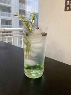 Um gin tônica fácil, gostoso e leve pra fazer em casa.  Você vai precisar de:  INGREDIENTES - Gelo - 50 ml de gin - 25ml xarope de maçã verde - água tônica Gin, Pint Glass, Glass Vase, Beer, Drinks, Tableware, Syrup, Root Beer, Diy Home