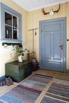 Bohemian Wornest-France — passionisfearless: Those rugs are wonderful! Swedish Cottage, Swedish Decor, Swedish Style, Cottage Style, Nordic Style, Swedish Interiors, Scandinavian Interior, Scandinavian Style, Appartement Design