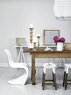 Fina färger, stolen och pallarna är så snygga!