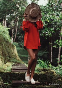 Стиль Julie Sarinana – парадокс. В действительности, самые простые вещи у нее сочетаются в идеальный набор цветов, фасонов и аксессуаров. В итоге понимаешь, что каждый модный look продуман до мелочей. И там нет ничего лишнего.