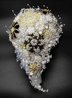 Le nozze d'oro sono un traguardo meraviglioso ed è per questo che deve essere festeggiato nel migliore dei modi. Trovo molto carina l'idea di riprodurre lo stesso bouquet da sposa utilizzato il giorno del matrimonio, 50 anni fa. Non è assolutamente un'ipotesi strampalata e in tutti i casi in cui mi è stato commissionato, la sposa vedendolo si è emozionata tantissimo ed è stata felice di questa scelta. #bouquet #anniversariomatrimonio #oro #idee Carina, Brooch, Jewelry, Jewlery, Jewerly, Brooches, Schmuck, Jewels, Jewelery