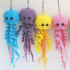 muecos de ganchillo Use this free jellyfish amigurumi pattern to crochet your own happy jellyfish! The crochet toy is about 19 cm tall if you use mm hook. Crochet Diy, Crochet Patterns Amigurumi, Crochet Crafts, Crochet Dolls, Yarn Crafts, Crochet Projects, Knitting Patterns, Crochet Keyring Free Pattern, Craft Projects