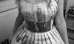 Vestidos feitos com folhas de jornal