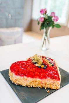 Ein Erdbeerherz als Hochzeitstorte. Das Foto wurde gemacht von Jung und Wild design
