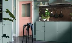 City kitchen painted with wall paint Fjärilslarv by Alcro. Door in Alcro Markis.