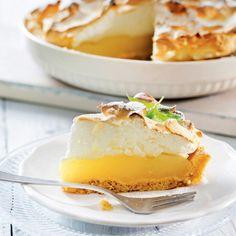 Perinteinen sitruunatorttu on helppo ja nopea valmistaa valmiin murotaikinan avulla. Piirakassa yhdistyvät raikas sitruuna ja makea marenki. Baking Recipes, Cake Recipes, Sweet Pie, Köstliche Desserts, Pastry Cake, Sweet And Salty, No Bake Cake, Sweet Recipes, Sweet Treats