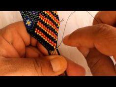 Como terminar una manilla en mostacilla en V Bead Loom Patterns, Peyote Patterns, Tear, Loom Beading, Bead Weaving, Handmade Jewelry, Beaded Bracelets, Make It Yourself, Stitch