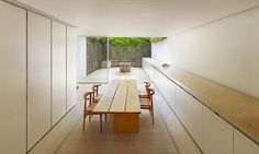 john pawson / london home. Look at the flow from kitchen cabinets to outside seating, all framed in greenery DiAiSM AcQuiRE underSTANDING ArTriBuTe ATTAism Minimalist Architecture, Space Architecture, Minimalist Interior, Ancient Architecture, Sustainable Architecture, Minimalist Design, John Pawson Architect, Indoor Outdoor Kitchen, Kitchen New York