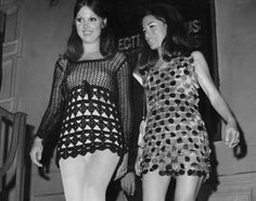 A mini-knit and a mini-jingle of plastic cutouts give a geometric twist to the Electric Circus discotheque at 23 St. Marks Place, between and Avenues, New York City in 1967 Sixties Fashion, Mod Fashion, New York Fashion, Fashion Photo, Vintage Fashion, Fashion Trends, City Fashion, Womens Fashion, Fashion Stores