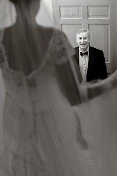 ファーストミートの瞬間のお父さんの反応もぜひ写真に収めたい☆ 感動的なウェディングのアイデア。結婚式・ブライダルの参考に☆