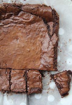 """En prévision du prochain week end de Pâques, je vous propose une semaine spéciale """"chocolat"""". Je vous envie d'ici crier Youpiiiiiii les gourmands ! Bien que je n'attende pas cette occasion pour vous en proposer régulièrement ;) Commençons par ce brownie..."""