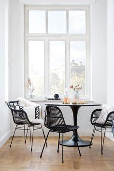 So funktioniert der Look »Modern Apartment«: Wohnen wie in einem schicken City-Apartment? Das geht mit diesem modernen Look, bei dem auch kleine Wohnungen ganz groß rauskommen! Das Geheimnis: Cleane, zierliche Möbel wie Cocktailsessel, Sofa und Beistelltisch lassen selbst einen kleinen Raum luftig & mondän wirken. Der Kontrast zwischen dunklen und hellen Möbeln bringt Spannung, während gezielt eingesetzte It-Pieces für den eleganten Feinschliff sorgen //Wohnzimmer #Wohnzimmer…