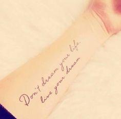 """Pequeño tatuaje en el antebrazo que dice """"Don't dream your life, live your dream"""", que traducido al español significa """"No sueñes tu vida, vive tu sueño""""."""