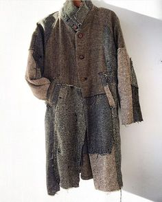 Amazing, I love this coat. Such good choice of applied fabric pieces. Textiles, Slow Fashion, Mens Fashion, Recycled Fashion, Boro, Refashion, Costume Design, Menswear, Fashion Design