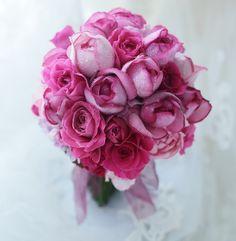 華やかなルージュのようなピンクのバラのグラデーション。実は、5月に同じクラッチブーケを持ってくださった方から後撮影をなさるために、同じブーケをというご注文...