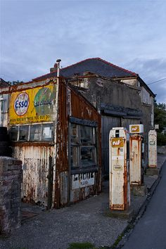 Derelict petrol/gas station/garage old abandoned gas station Abandoned Cities, Abandoned Houses, Old Houses, Abandoned Vehicles, Old Gas Pumps, Vintage Gas Pumps, Station Essence, Pompe A Essence, Old Garage