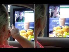 """E' successo a S. Augustine, in Florida, una ragazza non ordina il cibo dalla sua auto da Starbuks e con sorpresa la cameriera le risponde con il linguaggio dei segni.  """"Ciao. Benvenuto a Starbucks..."""