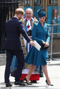Prins Harry en Prinses Kate //Westminster Abbey in front of the Dean of Westminster Dr John Hall Prince Harry And Kate, Prince William And Catherine, William Kate, Looks Kate Middleton, Estilo Kate Middleton, Duke And Duchess, Duchess Of Cambridge, Prince Harry Pictures, Paris Match