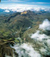 Las cumbres paramunas de las montañas volcánicas en el sur de Nariño muestran las grandes coladas de lava y profundos valles por donde fluye...