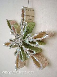 Create creative snowflakes - 50 simple ideas for the festive Christmas decorations - Weihnachtsbasteln - Paper Ornaments, Christmas Ornaments To Make, Homemade Christmas, Christmas Art, Christmas Projects, Holiday Crafts, Christmas Holidays, Christmas Design, Etsy Christmas