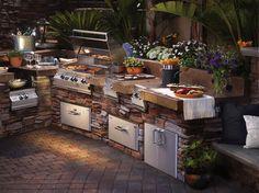 Die Grillsaison ist in vollen Zügen, also haben wir für euch Inspirationen für Ourdoor-Küchen vorbereitet. Falls euch ein gewöhnlicher kleiner Grill reicht und ihr genügend Platz im Garten habt, könnt ihr ihn für eine Outdoor-Küche nutzen.