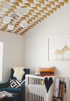 Du papier peint au plafond dans une chambre d'enfant.
